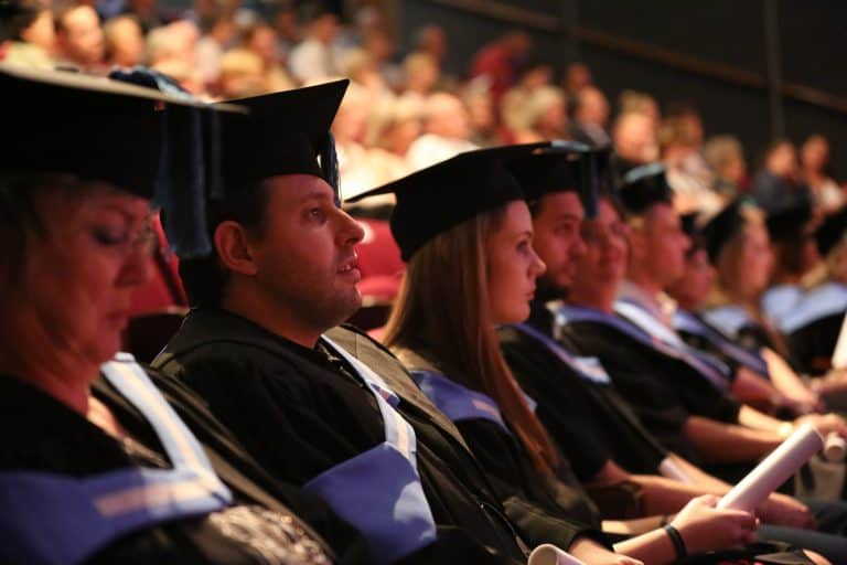 Openbare universiteite bars uit hul nate, maar Akademia het nog plek