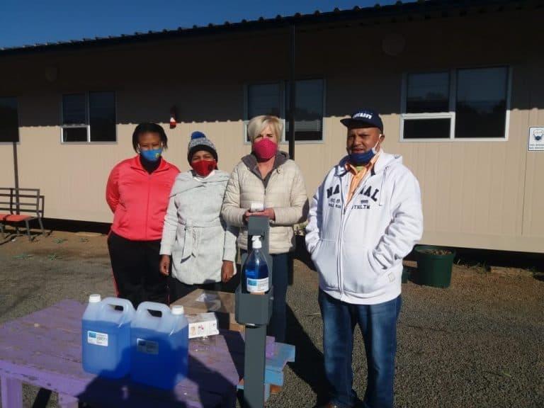 Aliwal-Noord-tak skenk hulppakkette aan skole