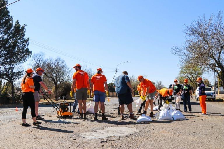 AfriForum en Standerton-gemeenskap help om vervalle dorp te herstel