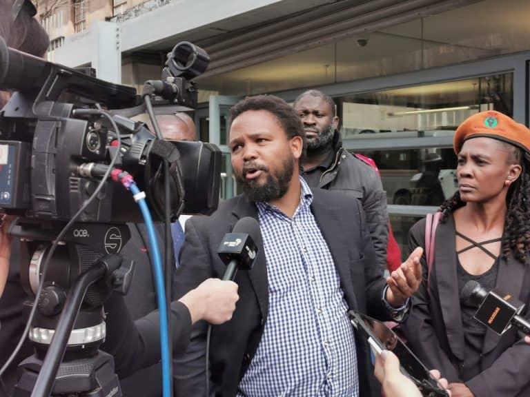 (Video) BLF-leier herhaal rassistiese uitlatings buite gelykheidshof waar verhoor moes begin