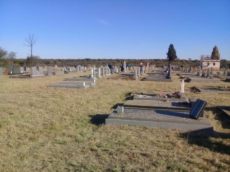 AfriForum se Hertzogville-tak help om begraafplaas skoon te maak