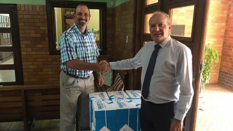 AfriForum-tak in Heilbron oorhandig afdrukpapier aan Hoërskool Heilbron