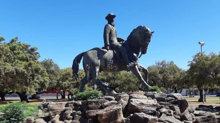 Genl. De la Rey-standbeeld weer skoon