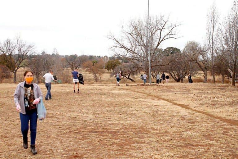 AfriForum se Centurion-tak maak park skoon; herstel waterlek