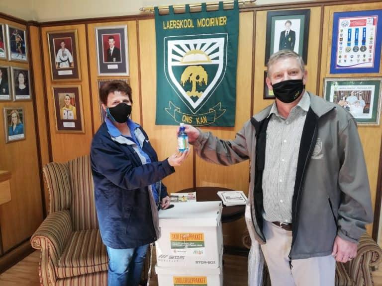 #AfriForumStaanSaam vir Skole: AfriForum se Potchefstroom-tak verskaf hulppakkette aan plaaslike skole