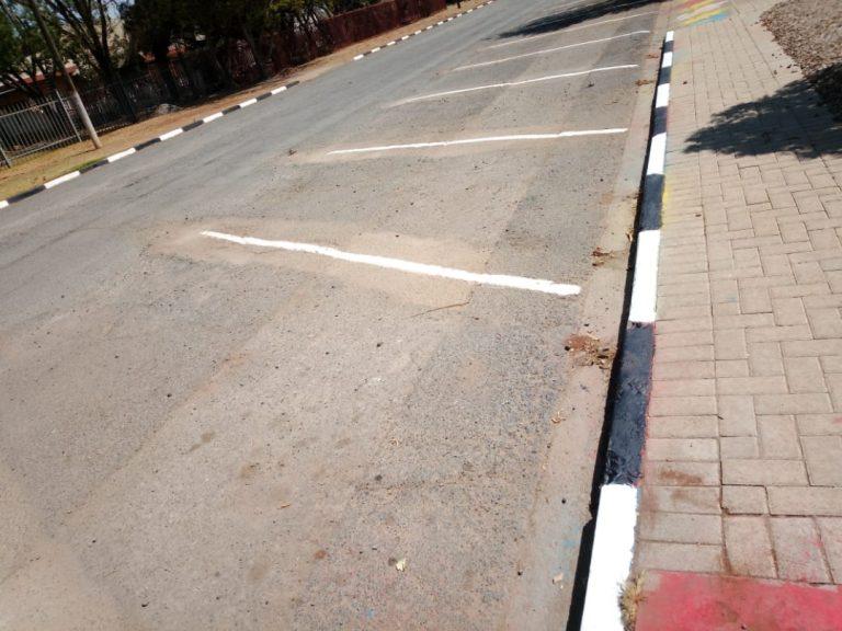 AfriForum se Lichtenburg-tak knap pad en parkeerarea voor kleuterskool op