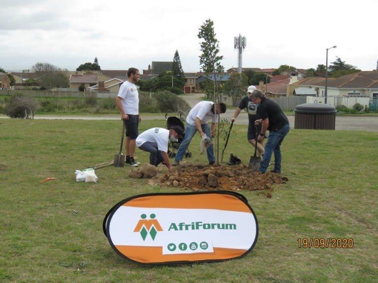 AfriForum se Mosselbaai-tak vier boomplantmaand saam met plaaslike munisipaliteit