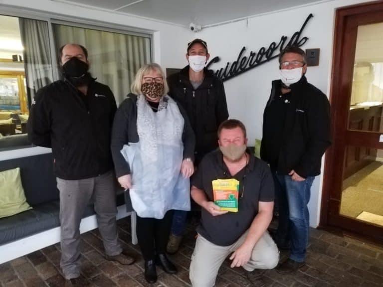AfriForum skenk nartjies aan bejaardes van Kaap Agulhas