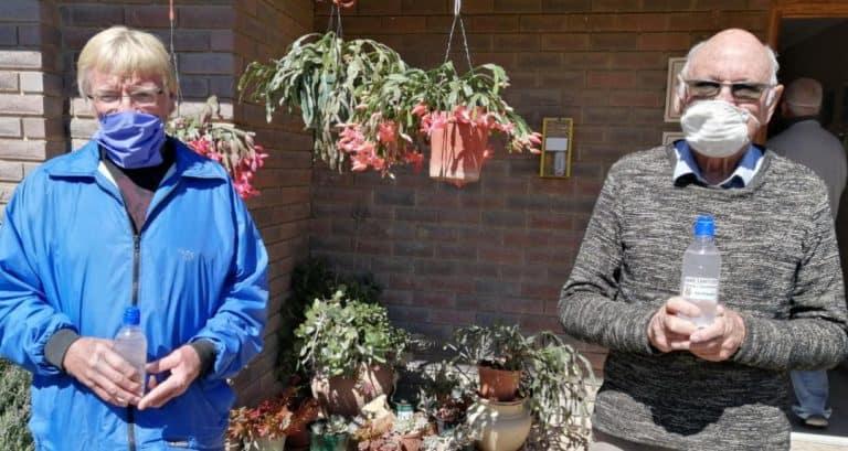 AfriForum skenk handreiniger aan ouetehuise in Bethlehem en Paul Roux