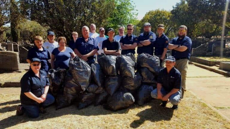 Buurtwagte hou sigbaarheids-en-skoonmaakaksie by Zandfontein
