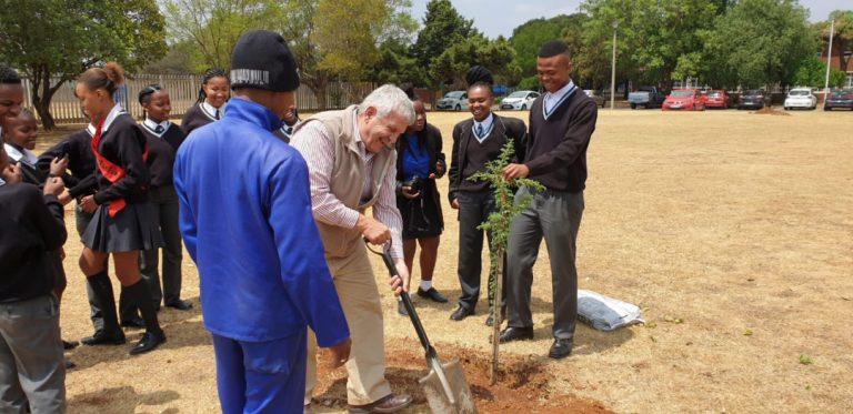 AfriForum se Springs-tak skep hoop tydens boomplantmaand