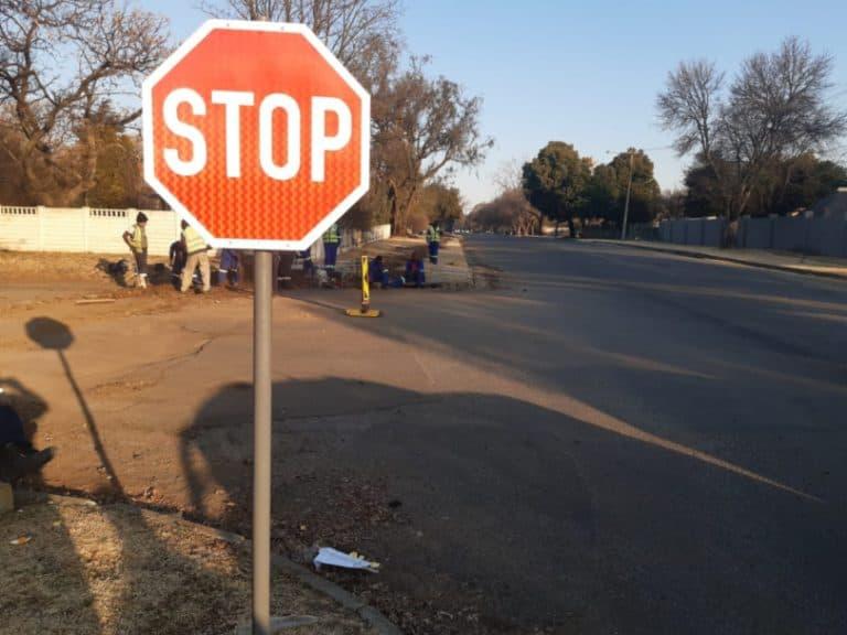 Verkeerstekens opgerig om padgebruikers se veiligheid te verseker
