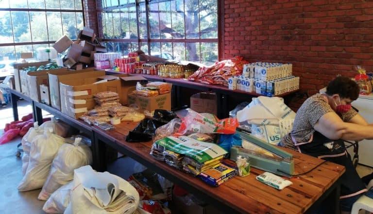 AfriForum se Rustenburg-tak skenk voedselpakke aan behoeftiges
