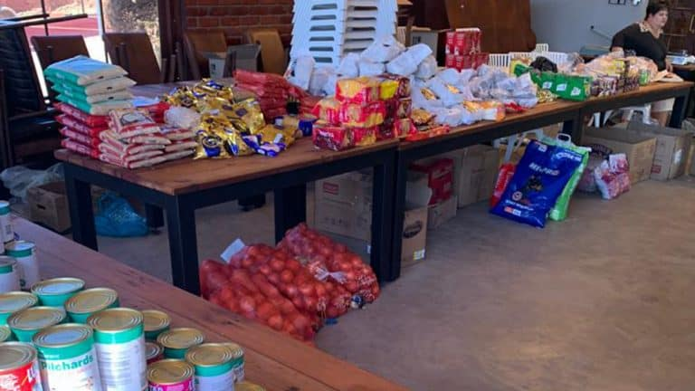 AfriForum se Rustenburg-tak skenk kospakkies aan behoeftiges
