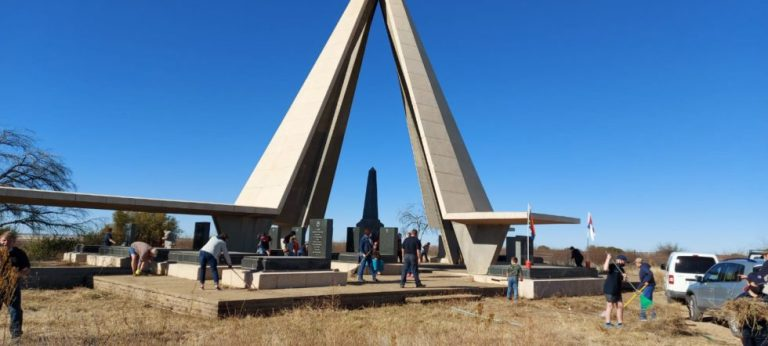 AFRIFORUM YOUTH IN KIMBERLEY CLEANS BURGER MONUMENT