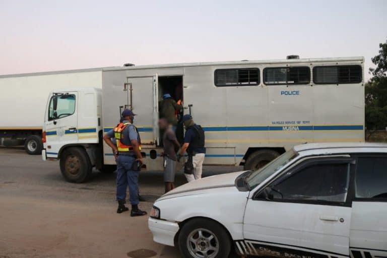 POLISIE EN AFRIFORUM-BUURTWAG NEEM ONWETTIGE IMMIGRANTE IN HEGTENIS