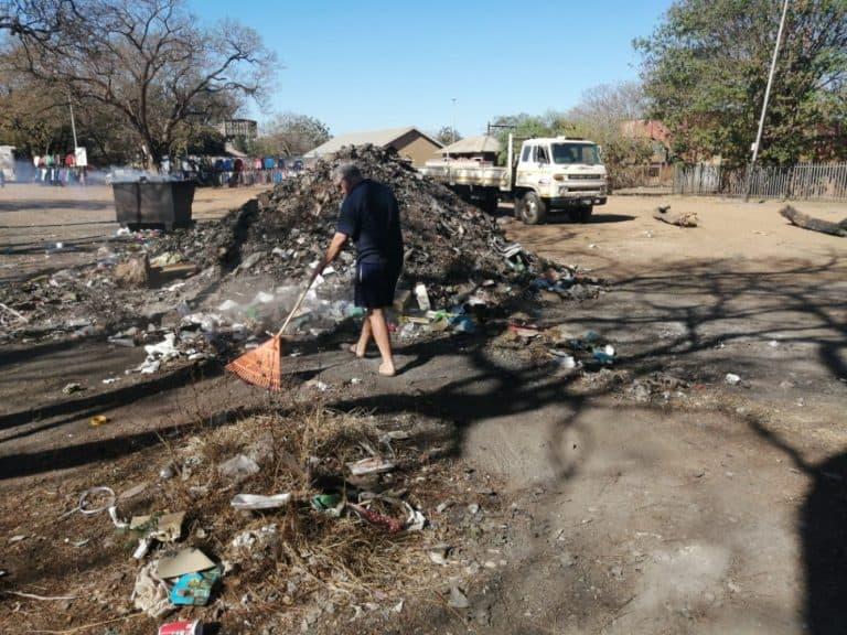 AfriForum se Naboomspruit-tak maak vullis skoon