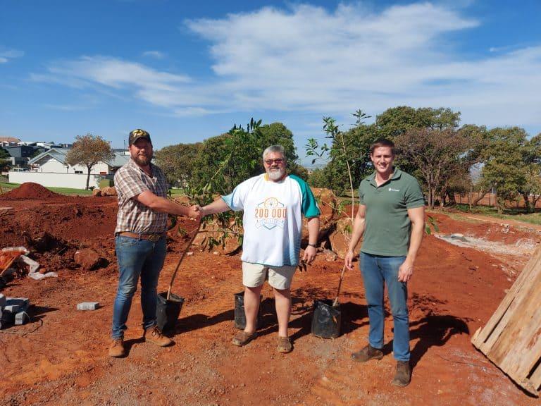 AfriForum se Rustenburg-tak skenk bome aan gemeenskap