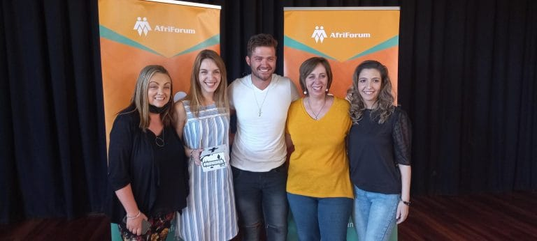 AfriForum se teenboeliespan en Ruan Josh besoek Laerskool Roodekrans met die #100000gebedsboks-projek