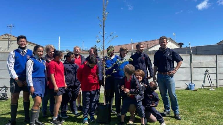 AfriForum se Helderbergkom-tak plant bome vir boomplantmaand